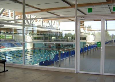 sciana-przeciwpozarowa-szklana-z-drzwiami-basen